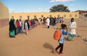 Sahrawilapsia Boujadorin pakolaisleirillä Tindoufin kaupungin lähellä Algeriassa.