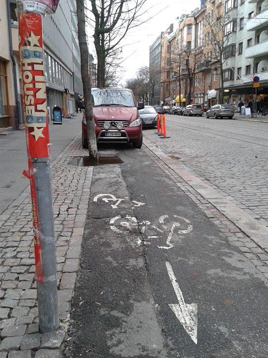 Ongelmallista pysäköintiä Helsingin Bulevardilla