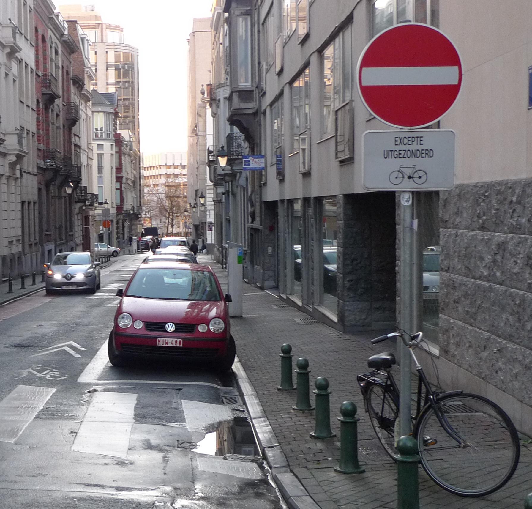 Yksisuuntaisella kadulla vastasuuntaan ajon salliva merkki Brysselissä